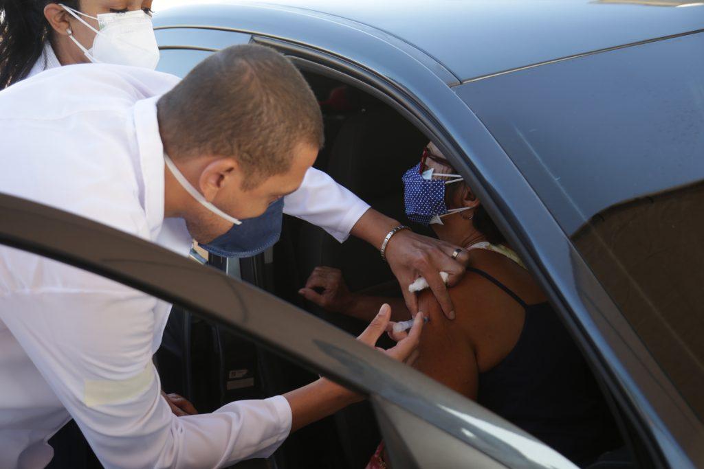 O Drive-thru de vacinação em Mesquita funcionará de segunda a sexta-feira, de 9h as 16h, e aos sábados de 8h ao 12h, imunizando idosos acima de 68 anos.