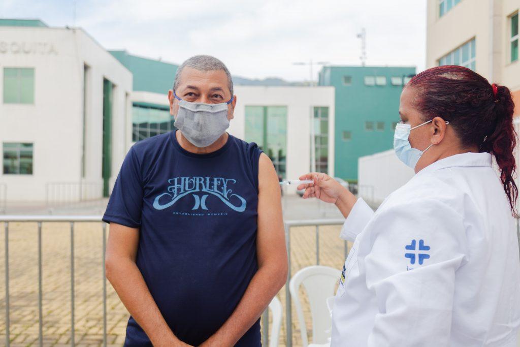 Com novos horários, Mesquita imuniza pessoas a partir de 24 anos